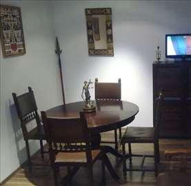 Stilski okrugli sto i stolice od punog drveta