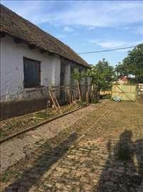 Prodajem staru kucu sa zemljistem povrsine 45 ari.