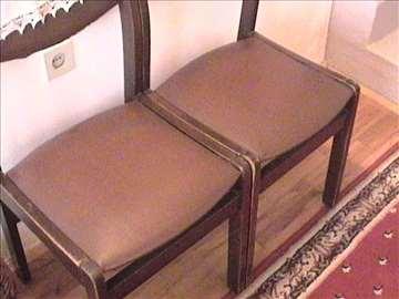 Dve čvrste stolice sa naslonima