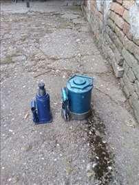 Dve stubne hidraulične dizalice