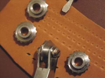 Saracki alat za obelezavanje rupa za rucno sivenje