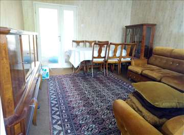Stilski nameštaj, Vitrina, Komoda, Sto i stolice