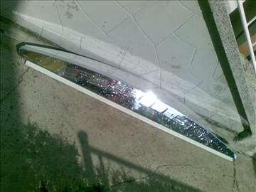Plastic spojler iznad kabine vozaca