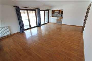 Odličan 5.0 stan, novija zgrada, garaža! ID 1106