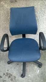 Kancelarijska stolica sa rukohvatima,malo ispucalo