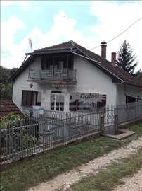seoska kuca + pomocne zgradama (menjam i za stan)