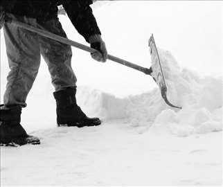 Čišćenje snega i leda sa prilaza zgrada i kuća
