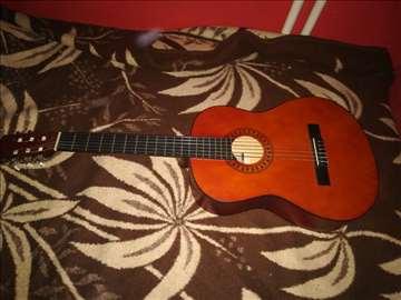 Prodajem akusticnu gitaru
