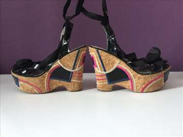 Sandale na platformu pertlanjem