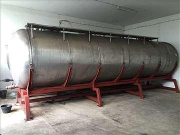 Dve cisterne sa postoljem