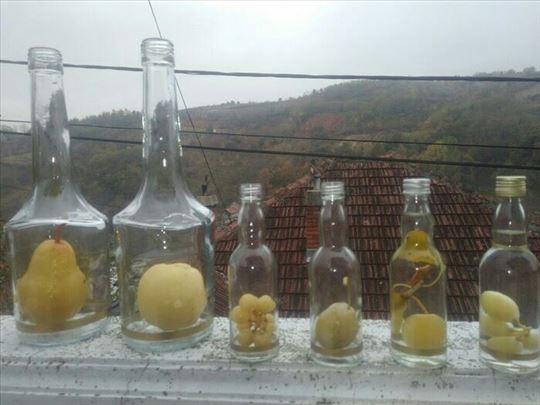 Prirodan plod dunje,sljive,grozda,kruške u flaši