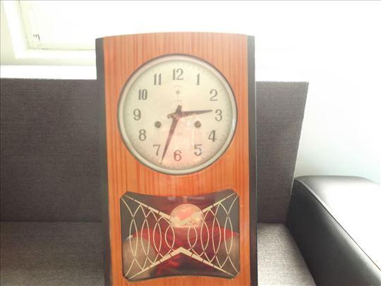 Stari zidni sat s pocetka  20-og veka