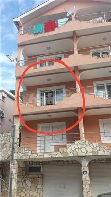 Prodajem stan u Petrovcu sa garažom.