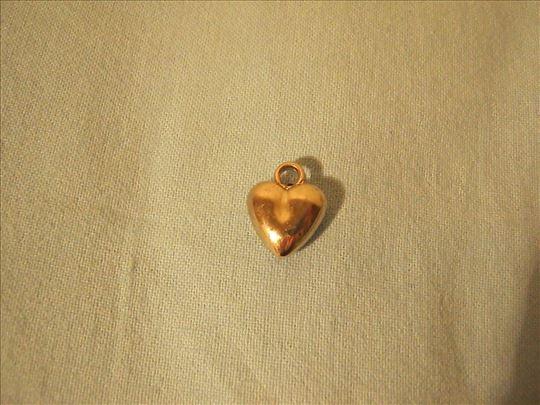 Metalni privezak u obliku srca