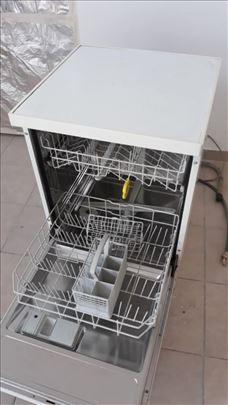 Prodajem mašinu za sudove