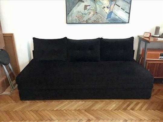 Prodajem kauč na razvlačenje u odličnom stanju