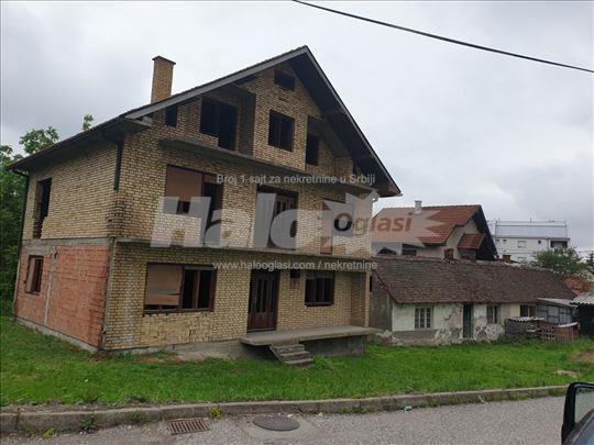 Kuća 300 kvadrata sa 5,5 ari placa