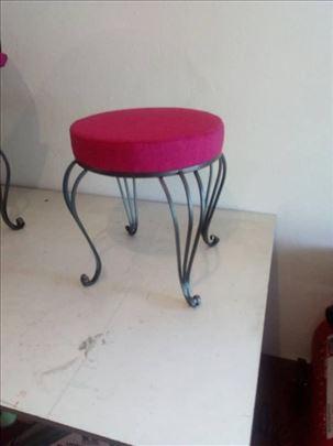 Tapacarina stolica od kovanog gvozdja (hoklica)