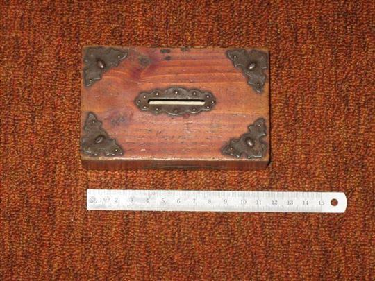 Drvena kutijica-kasica sa bravom za zaključavanje
