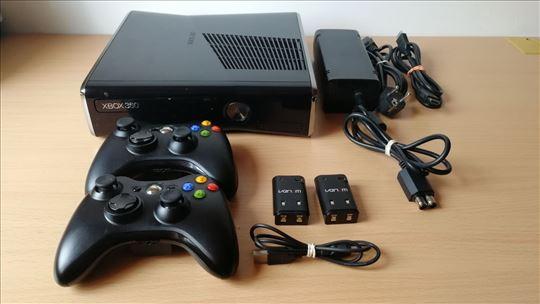 Čipovan XBOX 360 250GB RGH sa 2 džojstika i igre
