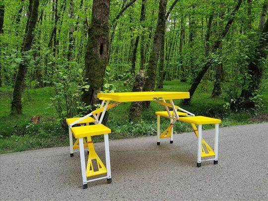 Kamperski rasklopivi sto sa stolicama