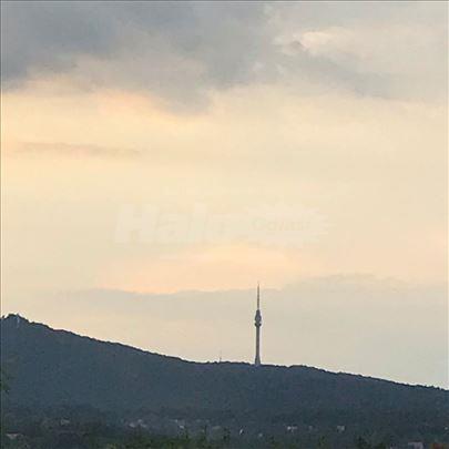 Građevinski plac u Vrčinu sa pogledom na Avalu