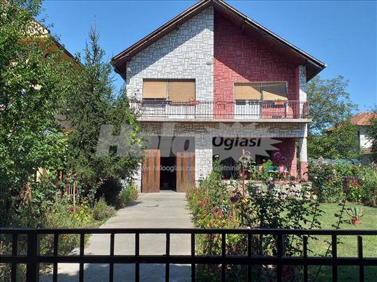 Spratna porodična kuća pri samom centru Loznice