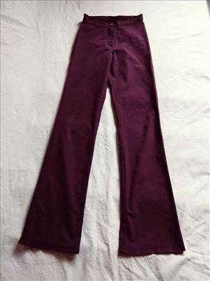 LJubičaste pantalone ravnih nogavica