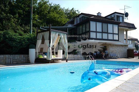Porodična vila sa bazenom - u privatnoj ulici