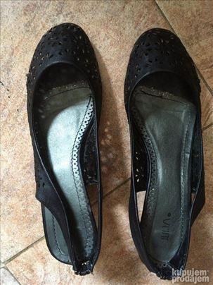 Rupičaste crne sandale