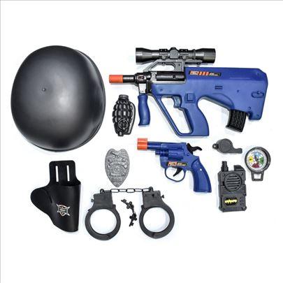 Policijski set sa šlemom i oružjem