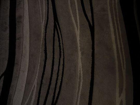 Sivo crno beli tepih na prodaju