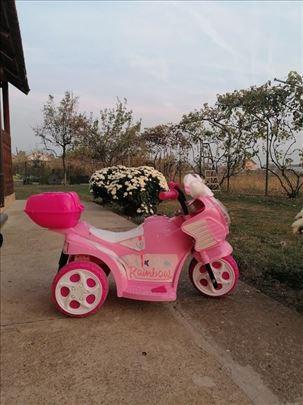Prodajem skoro nov motor za devojčice