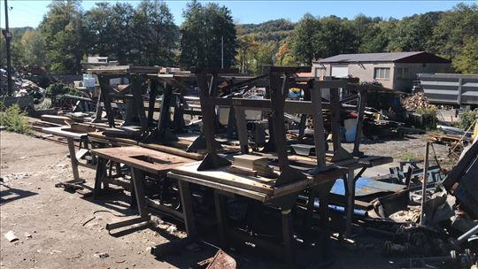 Metalni stolovi od industrijskih šivaćih mašina