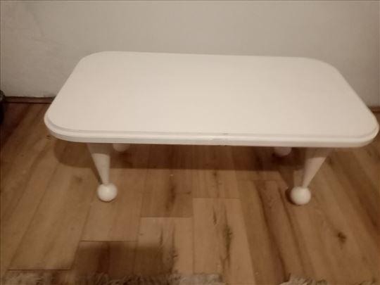 Beli drveni sto