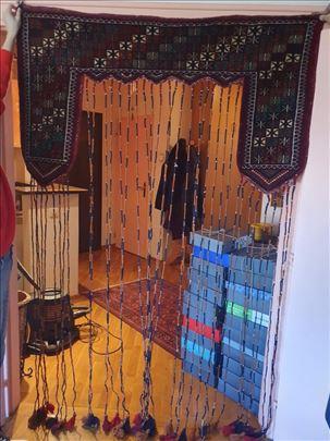 rucno tkani tepih, kao zavesa za vrata