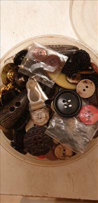Akacija kutija finih dugmića različitih