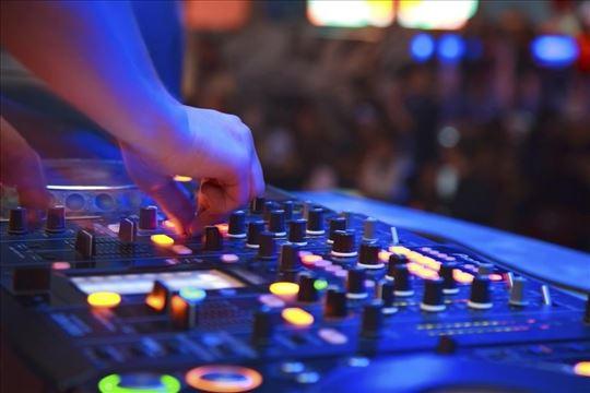 DJ sa kompletnom opremom za sve vrste proslava
