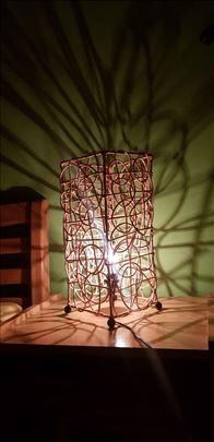 Pletena atraktivna lampa