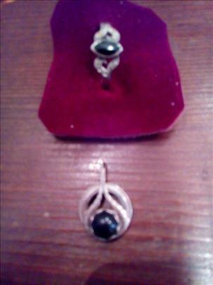 Srebrni prsten i privezak sa crnim kamenom