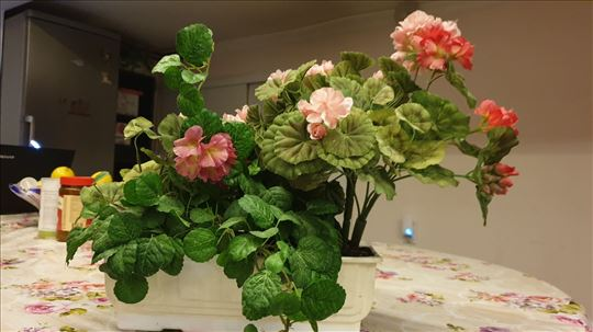 Prodajem 3 džaka novog vro lepog plastičng cveća