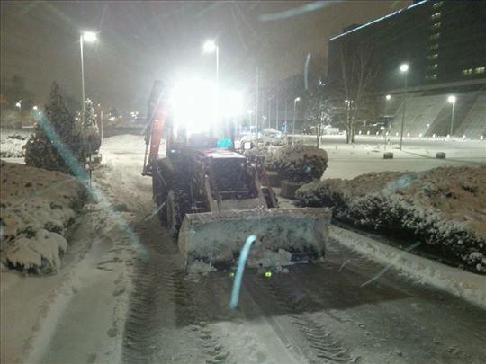 Utovarivačem i bob-catom čistimo sneg i dežuramo
