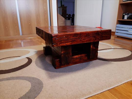 klub sto od drvenih greda
