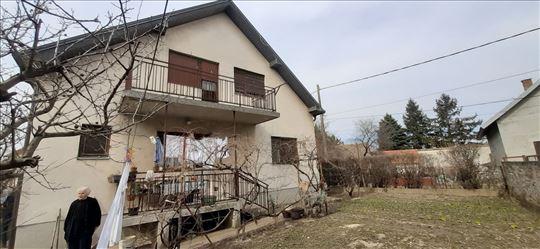 Komfornu kuću sa dva četvorosobna stana prodajemo
