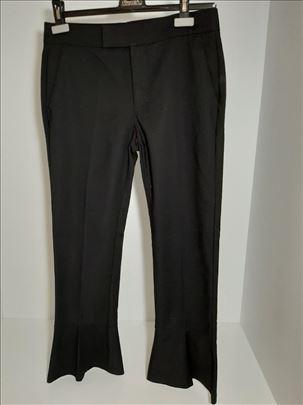 MANGO crne pantalone sa sirim nogavicama