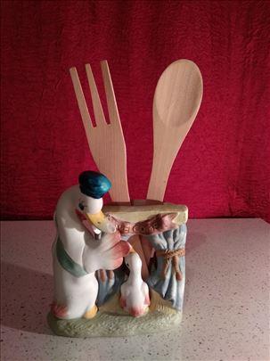 Gipsana figurica sa drvenom viljuskom i kasikom