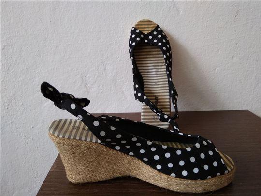 Tufnaste sandale br. 39