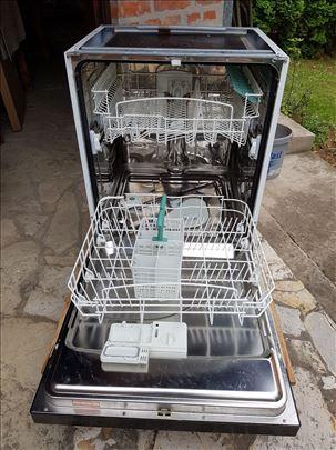 Mašina za sudove Ariston