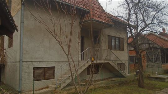 Spratna kuca u Ćupriji,140m2,sa tavans...