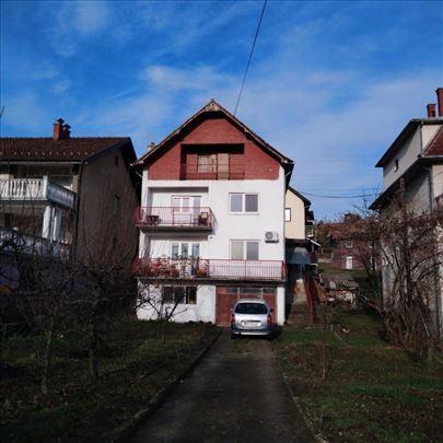 Kuća od oko 250m2 i 5,86ari placa u Aranđelovcu